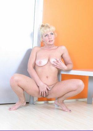 Пожилая блондинка будучи полностью обнаженной показывала свою пизду во всей красе - фото 9