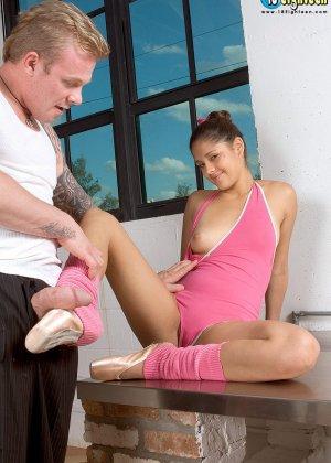 Девушка разминается на балете, но затем к ней присоединяется мужчину и устраивает ей классный секс - фото 11