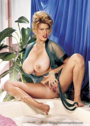 Пухлая зрелая домохозяйка в чулках забирается в ванну, ее одежда мокрая, но ее это не смущает, она играет со своими большими буферами - фото 5