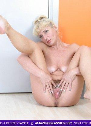 Пожилая блондинка будучи полностью обнаженной показывала свою пизду во всей красе - фото 2
