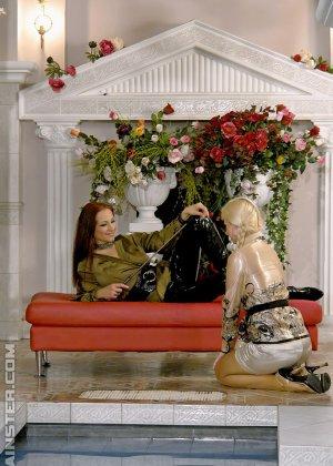 Сексуальная Джина Килмер вместе с подружкой оказываются в бассейне и пробуют друг друга на вкус - фото 7