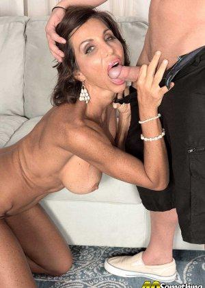 Лила Лали – знойная зрелая секретарша, которая быстро оказывается на мужском члене и скачет на нем - фото 4