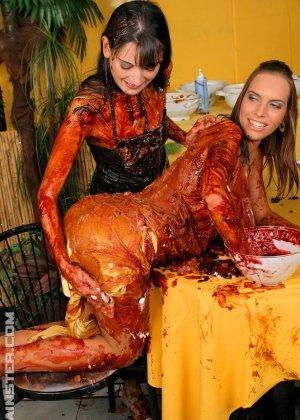 Две гламурные женщины обмазали себя едой во время ужина в ресторане - фото 1