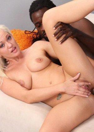 Блондинка просит помощи на дороге, но вместо этого негр приглашает ее в свой номер, межрасовый секс будет незабываемым - фото 4