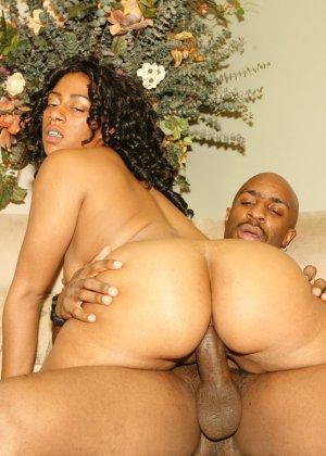 Жопастая негритянка ебется со своим мужем - фото 3