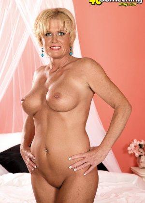 Сексуальная матюрка в голубом нижнем белье в ожидании хуя, который ее наконец-то выебет - фото 12