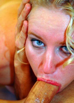 Рыжая блядь сделала минет и получила сперму на лицо - фото 17