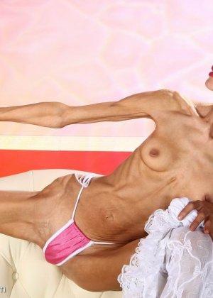 Очень худая балерина Ирина, позирует в белом нижнем белье и зачем-то показывает свою грудь - фото 5