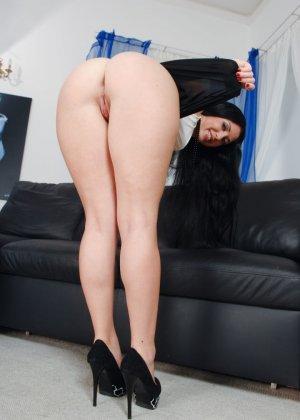 Изабель Кларк любит большие анальные игрушки, фото которых в ее заднице вы сможете увидеть здесь - фото 6