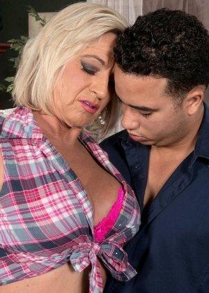 Брэнди Джеймс позволяет себя трахать молодому мужчине, а он кайфует от ее большого опыта - фото 10