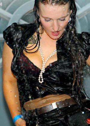Одетые в обтягивающие платья девки, обливаются водой - фото 12