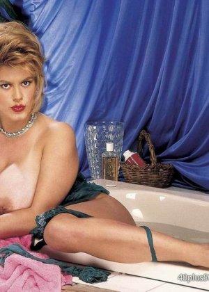 Пухлая зрелая домохозяйка в чулках забирается в ванну, ее одежда мокрая, но ее это не смущает, она играет со своими большими буферами - фото 13
