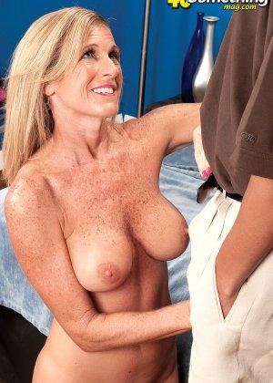 Зрелую телку в корсете соблазнил мужик и отодрал во всех позах, которые ему нравятся - фото 1