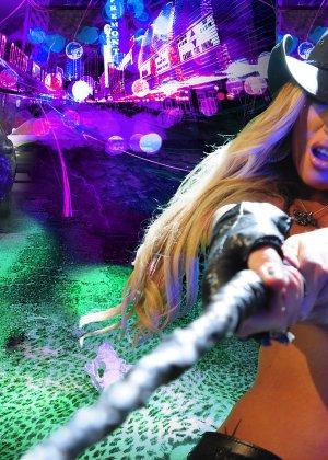 Меган Дэниэлс позирует с пистолетом и ружьем - фото 2