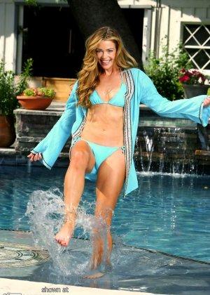 Дэнис Ричардс – красивая модель, которая показывает свое тело в бикини, не замечая фотографов - фото 7