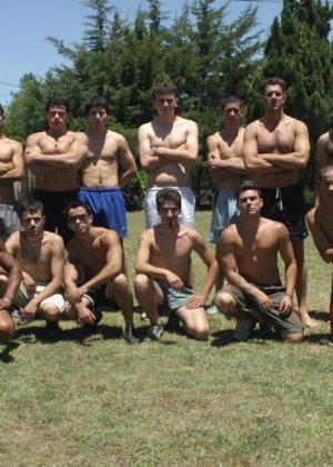 Футбольная команда прошлась по красивой брюнетке - фото 13