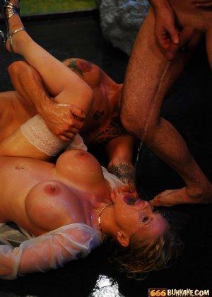 Мужчины по очереди ссали в рот грудастой блондинке - фото 3