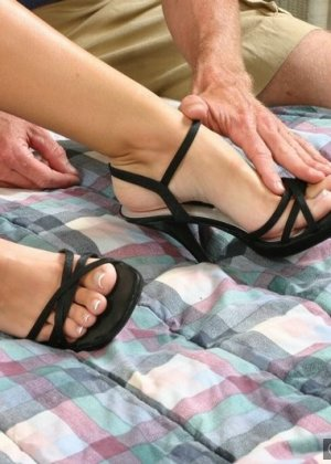 Подрочила ножками своему любовнику лишь после того, как он их вылизал - фото 5
