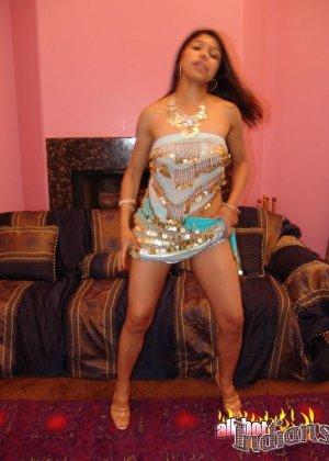 Привлекательная индианка раздевается, показывая голые сиськи - фото 9