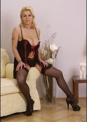 Сисястая блондинка хочет раздеться, она снимает белье и даже чулки, чтобы остаться полностью голой - фото 8