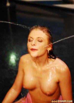 Девушка принимает на себя мощные фонтаны мочи, открыв ротик – ей нравится ублажать мужчин - фото 5