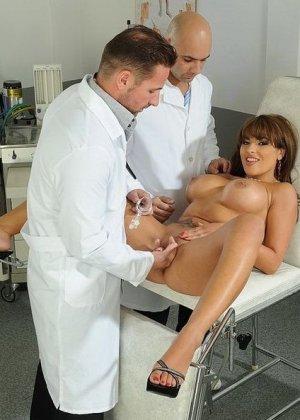 Знойную женшину выебали в две дырки два гинеколога - фото 10