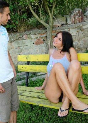 Сидела на скамейке в вызывающих позах и была трахнута проходящим мимо парнем - фото 9