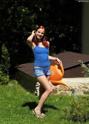 Опасные лесбийские игры с садовыми ножницами во дворе дома - фото 7