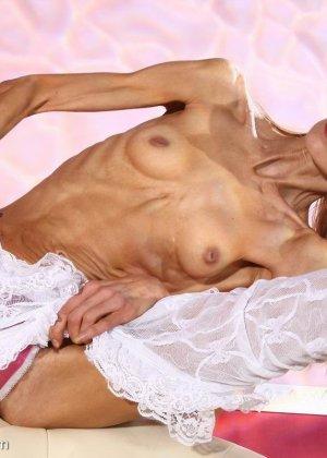 Очень худая балерина Ирина, позирует в белом нижнем белье и зачем-то показывает свою грудь - фото 15