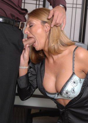 Брэнда Джеймс – зрелая секретарша, которая соблазняет молодого мужчину прямо на рабочем месте - фото 12