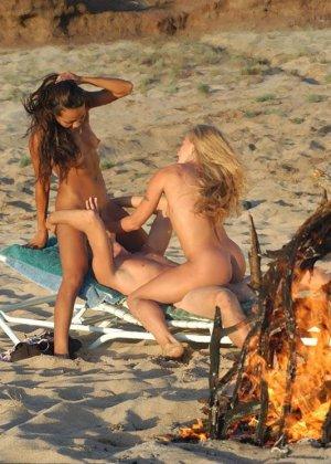 Парень трахает двух лесбиянок на пляже, девки играют между собой, пока член проникает в их дырки по очереди - фото 7