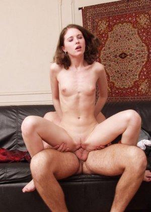 Поцелуй взрослого мужчины заканчивается классным сексом, брюнетка раздвинула ноги, чтобы трахнуться - фото 18