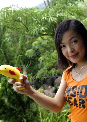 Мицуно Манабе пускает мыльные шары во дворе, но ее похотливая слегка волосатая промежность хочет траха - фото 7
