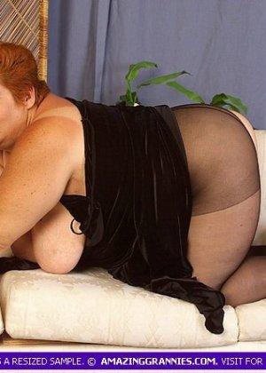 Старая жирная блядь, вспоминает молодость, мастурбируя - фото 8
