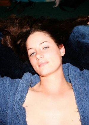 Девушка в халате на голое тело, слегка приоткрывает свои груди - фото 5