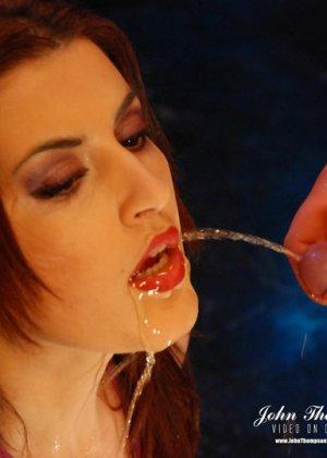 Рыжая проститутка раскрыла ротик, чтобы парни обсосали ее, она любит, когда моча стекает по коже и попадает на язык - фото 1