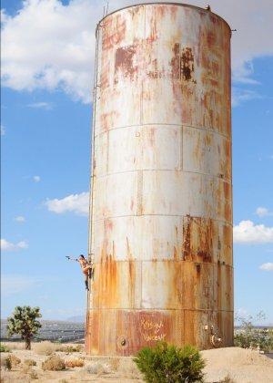 Рози Револьвер снимается в эротической картине, играя роль роковой телки с пистолетом и в одном нижнем белье - фото 16