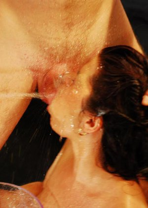 Тотальный обсыкос смазливой брюнетки - фото 11