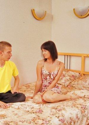 Порно фото, где девушка обучает неопытного парня, говоря ему, что нужно делать, чтобы ее порадовать - фото 8