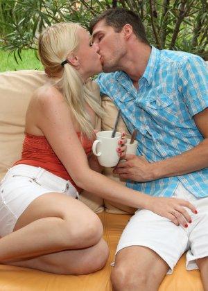 Блондинка Лола Тейлор трахается на веранде, но сначала мужик засовывает ей в пизду чайные ложки - фото 9