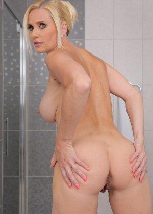 Красивая зрелая блондинка мастурбирует в ванной толстым дилдо - фото 8