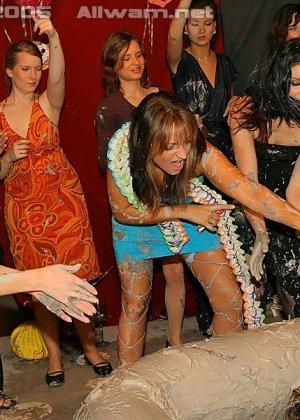 Борьба в грязи, телки раздеваются до трусов во время публичной драки в бассейне с грязью - фото 12
