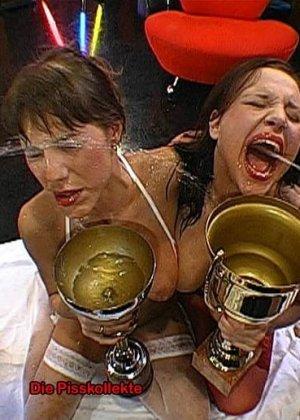 Две развратные брюнетки принимают на себя фонтаны мочи и спермы, ублажая множество мужчин - фото 3