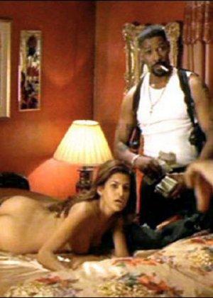 Знаменитость Ека Мендес не носит лифчика под блузкой и снимается в откровенных сценах фильмов - фото 10