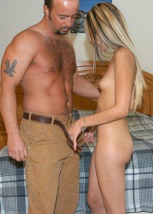 Сексуальная красотка соблазняет мужчину, он трахает ее до тех пор, пока не решает кончить на личико - фото 9