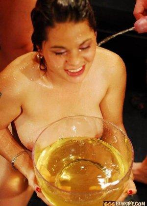 Золотой дождь телка принимает охотно, но когда ее лицом макают в тарелку с мочой, ей становится не до удовольствия - фото 14