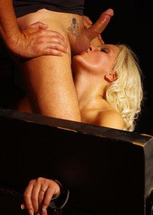 Лили Спайдер подвергается анальным пыткам, любитель бдсм привязывает телку и ебет ее в анал хуем и пальцами - фото 7