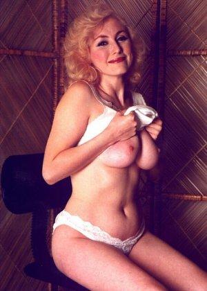 Пожилая грудастая блондинка раздевается до гола, иногда сжимая свои сиськи - фото 10
