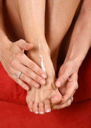 Поцеловала пальцы на своих ногах и открыла пизду - фото 5