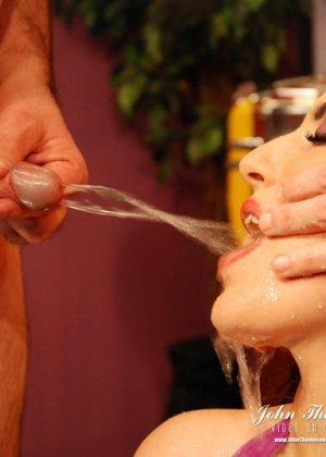 Рыжая проститутка раскрыла ротик, чтобы парни обсосали ее, она любит, когда моча стекает по коже и попадает на язык - фото 5